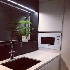 """Architect's Home in 🇫🇮 sanoo Instagramissa: """"Toinen yläkaapittoman keittiön ongelmakohtia on perinteinen altaan päällä olevan kuivauskaapin puuttuminen. Meillä tämä sijoitettiin…"""" Bathroom Lighting, Kitchen Appliances, Mirror, Furniture, Instagram, Home Decor, Bathroom Light Fittings, Diy Kitchen Appliances, Bathroom Vanity Lighting"""