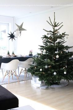 """WEIHNACHTEN (Wohnlust) FROHE WEIHNACHTENFrohes Fest (song) """"Frohes Fest"""" [Merry Christmas] is a subscripted song by the German hip hop band, Die Fantastischen Vier. Minimalist Christmas Tree, Christmas Mood, Noel Christmas, Scandinavian Christmas, Simple Christmas, Party Fiesta, Christmas Interiors, Christmas Decorations, Holiday Decor"""