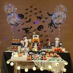 Halloween will soon be here! Halloween is full of frightening desserts and decorations. In this case, we need to create the best Halloween dessert table ever. Use Halloween-themed dessert tables to add some holiday fun, perfect for boys'Halloween par Dulces Halloween, Halloween Candy Bar, Halloween Dinner, Halloween Party Decor, Halloween 2019, Halloween House, Easy Halloween, Halloween 1st Birthdays, Halloween Birthday Cakes