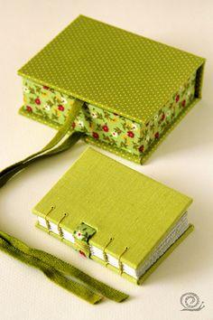 I love the binding!Easy / Good way to fasten the box! Diy Gift Box, Diy Box, Handmade Journals, Handmade Books, Handmade Notebook, Cardboard Crafts, Paper Crafts, Diy Notebook, Book Binding