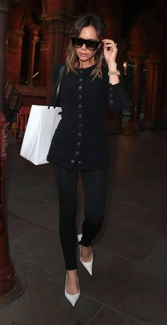 Victoria Beckham celebrates her year anniversary in Fashion. Formerly, she launched denim lines and then directly put herself to the fashion. Victoria Beckham Outfits, David And Victoria Beckham, Victoria Beckham Style, Victoria Style, Posh Beckham, Laura Bailey, Nude Tops, Victoria Fashion, How To Wear Leggings