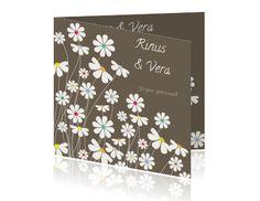 Chique jubileumkaarten met vrolijke bloemen. De achtergrondkleur kunt u zelf aanpassen.