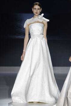 Bonita chalina. Vestidos de novia Jesús Peiró 2013