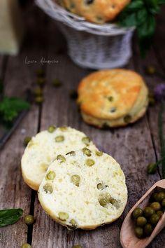 Scones cu mazare - detaliu final Prosciutto, Scones, Bread Recipes, Parmezan, Hamburger, Appetizers, Favorite Recipes, Breakfast, Food