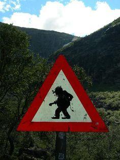 Achtung, Trolle kreuzen die Strasse ;-) Verkehrsschild am Trollstigen in Norwegen