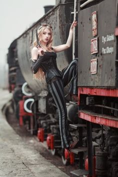 Wondering what is Steampunk? Visit our website for more information on the latest with photos and videos on Steampunk clothes, art, technology and more. Moda Steampunk, Steampunk Couture, Steampunk Design, Gothic Steampunk, Steampunk Clothing, Steampunk Fashion, Steampunk Book, Steam Punk, Steam Girl