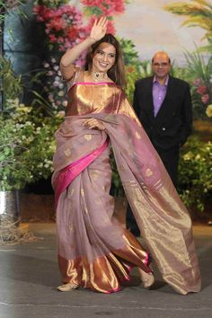 The Best Dressed Celebrities Who Stood Out At Sonam Kapoor - And She Carried It Off Like A Boss Lady She Looked Quite Stunning Especially With Anand Ahuja Beside Her Many Other Celebrities Looked Quite Good Even With Their Glitzy Attire They Managed To S Sonam Kapoor Wedding, Saree Wedding, Sonam Kapoor Saree, Bollywood Saree, Wedding Wear, Saree Blouse Patterns, Sari Blouse Designs, Dress Designs, Saris