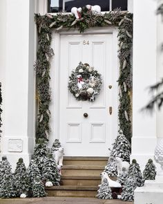 Polar bears make such cute Christmas decorating was seen in Holland Park, London Christmas Door, White Christmas, Christmas Wreaths, Cute Christmas Decorations, Holiday Decor, Decor Around Tv, White Bedroom Design, Beach Cottage Decor, Girl Decor