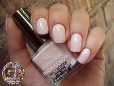 Beżowy manicure zawsze idealnie pasuje, jako wykończeniem każdej stylizacji. Golden Rose Rich Color – 52