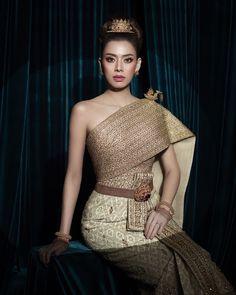 สวัสดีเช้าวันจันทร์เจ้าค่ะ 🙏 Thai Traditional Dress, Traditional Outfits, Thai Wedding Dress, Wedding Dresses, Indian Bridal Wear, Thai Style, Headdress, Thailand, Fashion Dresses