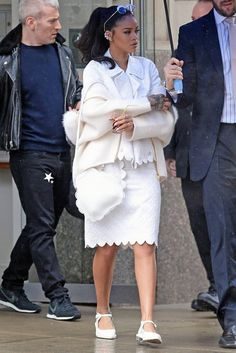 Rihanna holds an umbrella while braving the rain on Saturday (March in New York City. The entertainer has been busy promoting her upcoming film Home, which hits theaters on Friday, March Mode Rihanna, Rihanna Riri, Rihanna Style, Star Fashion, Fashion Outfits, White Fashion, Ladies Fashion, Fashion Styles, Shabby Chic