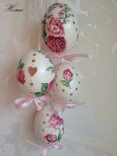 .......růže o Velikonocích...... Madeirové kraslice zdobené voskem a technikou decoupage. Cena za jeden kus. Kraslice jsou provlečené stuhou k zavěšení. Zasílám pečlivě zabalené.