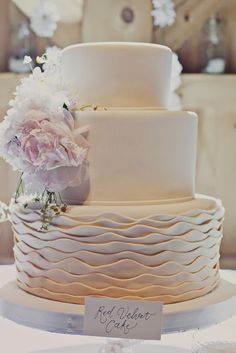 """Babados com cara de """"drapeado"""" ficam mais sofisticados e discretos. Além disso, podem ser feitos para parecerem ondas, como neste bolo, que combinaria perfeitamente para um casamento na praia."""