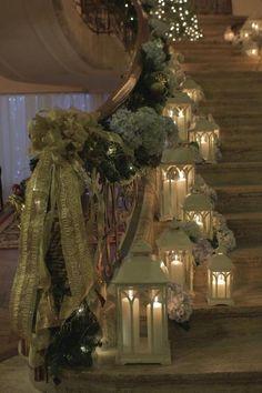 Lanterns on the stairs looks beautiful! kaarsjes langs de trap bij de muur zou ook leuk zijn.