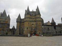Il castello di Vitré è una delle più imponenti fortezze della Bretagna: si tratta di un castello medievale eretto in uno sperone roccioso nella cittadina fortificata di Vitré, a partire dall'XI secolo ed ampliato tra il XIII e il XVI secolo.