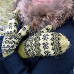 Ravelry: Mosi pattern by Hélène Magnússon. like the seed stitch at the tips Crochet Mittens, Mittens Pattern, Knitted Gloves, Fair Isle Knitting, Knitting Yarn, Hand Knitting, Knitting Charts, Knitting Patterns, Fingerless Mitts