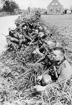 campaign in the west / battle of france 10.05.-: Belgium - Infantry during a short rest on the roadside. about No further information.- undated- Photographer: Weltbild- Published by: 'Deutsche Allgemeine Zeitung' (DAZ) Vintage property of ullstein bild - pin by Paolo Marzioli