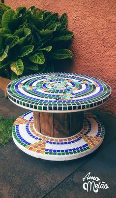 Bobina de madeira tamanho 63 x 38 cm, produzida com pastilhas de vidro no estilo mosaico, com rodízios que facilitam na mobilidade. Produto super decorativo, com varias utilidades, como: mesinha de centro, de canto, de apoio e decoração externa.