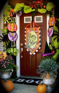 Halloween door set-up. I want my door to look like this for Halloween! Casa Halloween, Theme Halloween, Halloween Porch, Holidays Halloween, Halloween Crafts, Holiday Crafts, Holiday Fun, Happy Halloween, Halloween Wreaths