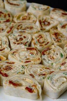 Wraps met roomkaas, zongedroogde tomaat en basilicum. Simpel kan zo lekker zijn! Klik op 'bron' voor het recept.
