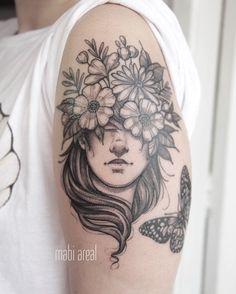 Tatuagem feita por Mabi Areal do Rio de Janeiro.    Rosto feminino com flores na cabeça.