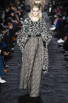 The complete Max Mara Fall 2018 Ready-to-Wear fashion show now on Vogue Runway.