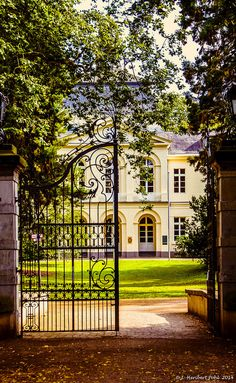 Eller Castle in Düsseldorf - North Rhine-Westphalia, Germany Beautiful Homes, Beautiful Places, Wrought Iron Gates, French Chateau, Garden Gates, My Dream Home, Curb Appeal, Exterior Design, Future House