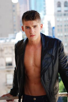 Meet Cody Christian - 'Teen Wolf's Hot New Cast Member!: Photo Cody Christian has just been cast on the upcoming season of Teen Wolf! The actor is best known for his work on Pretty Little Liars as Aria's (Lucy… Cody Christian, Austin Mahone, Channing Tatum, Zac Efron, Pretty Little Liars, Chris Evans, Teen Wolf Cast, Hommes Sexy, Raining Men
