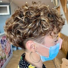 Undercut Curly Hair, Curly Pixie Hairstyles, Haircuts For Curly Hair, Undercut Hairstyles, Cool Haircuts, Undercut Pixie, Brown Curly Hair, Curly Hair With Bangs, Curly Hair Cuts