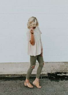 Army green jeans and a neutral top. Great spring fashion Pintrest: Britneyzachar… Army green jeans and a neutral top. Comfy Fall Outfits, Spring Outfits, Casual Outfits, Fashionable Outfits, Comfy Fall Clothes, Cute Jean Outfits, Winter Outfits, Comfy Outfit, Look Fashion