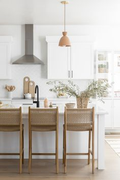 Home Decor Kitchen, Home Kitchens, Kitchen Dining, Kitchen Interior, Deco Bobo, Modern Farmhouse Design, Farmhouse Ideas, Kitchen Styling, Home And Living