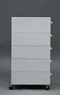 CASSETTI COMPONIBILI (1974) di Simon Fussel. Sistema di cassetti componibili a battuta infinita. Ogni cassetto è composto da un involucro porta-cassetto con la guida di scorrimento e dal cassetto stesso, a ogni elemento è possibile applicare le ruote.