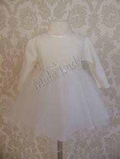 Bajeczna sukienka Maja wykonana z dzianiny punto w kolorze ecru. Dół sukienki wykonany z podwójnego tiulu. Odszyta płótnem bawełnianym oraz podszewką oddychającą. Sukienka posiada długie rękawy oraz kryty zamek z tyłu kreacji. Możliwość dopasowania sukienki do ciała dzięki wiązanemu z tyłu paskowi.