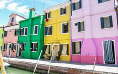 Bunte #Häuserfassaden von #Burano #Venedig © Petra Gschwendtner Hotels, Petra, Travel, Last Minute Vacation, Venice Italy, Explore, Island, World, House