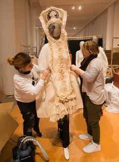 Lola Dopico vestindo unha das fantasías históricas realizadas polos alumnos da Esdemga Noelia Padín, Liliana Castiñeiras, Xoana Medraño, Iago Otero e María Cores. Foto: Manuel G. Vicente.