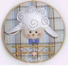 Quadro bastidor pode ser usado na porta de maternidade ou na decoração do quarto!! Plaquinha com nome opcional.  Consulte-nos sobre opções de cores e tecidos.  Tamanho 23 cm diam. R$45,00