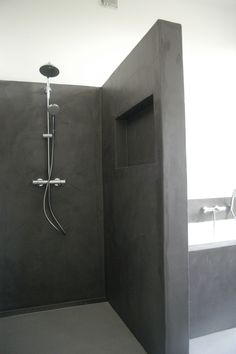 For the past year the bathroom design ideas were dominated by All-white bathroom, black and white retro tiles and seamless shower room Concrete Shower, Concrete Bathroom, Concrete Walls, Bathroom Interior, Modern Bathroom, Small Bathroom, Bathroom Black, Bathroom Trends, Bathroom Ideas