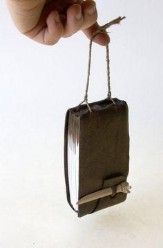 * l'élastique sur l'extérieur de la couverture du carnet pour maintenir un crayn
