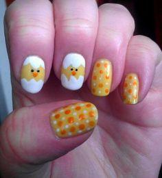 Uñas con pollitos y puntos, encuentra más diseños en http://www.1001consejos.com/unas-decoradas-para-pascua/