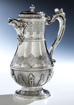 Höhe: 24 cm. Gewicht: 902 g. Bodenseitig punziert, Meister Michel Delapierre. Paris, 1750. Hochfeine Regence-Kanne in getriebenem und ziseliertem Silber mit...
