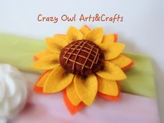 Felt sunflower hair band/ Bandolete com girassol em feltro/ Diadema con flor en fieltro