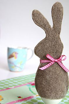 Eierwärmer nähen: Osterhase aus Filz- in pink yellow light blue or light green to go with egg cups