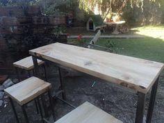Mesa alta en hierro y madera. con apoya pies.