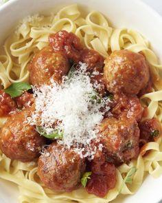 Oh wat zullen je tafelgasten blij zijn, als je deze heerlijke klassieker op tafel zet: tagliatelle met gehaktballetjes in tomatensaus. Easy Dinner Recipes, Pasta Recipes, Family Meals, Kids Meals, I Want Food, No Cook Meals, Pasta Dishes, Italian Recipes, Good Food