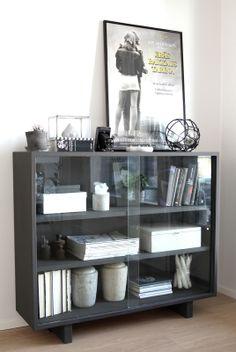 muotoseikka\ Vitriini kietoutui utuun / Foggy old glass cabinet