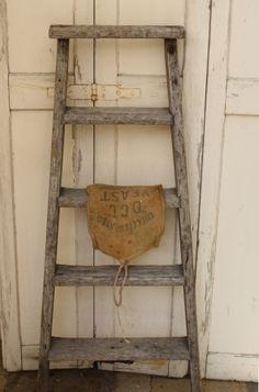 Heel sfeervol zo'n oude ladder.