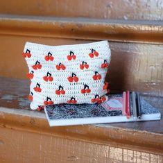 Entrevistamos a Molla Mills: ganchillera finlandesa Crochet Clutch, Crochet Handbags, Crochet Purses, Crochet Crafts, Crochet Projects, Crochet Keychain Pattern, Tapestry Crochet Patterns, Tapestry Bag, Arm Knitting