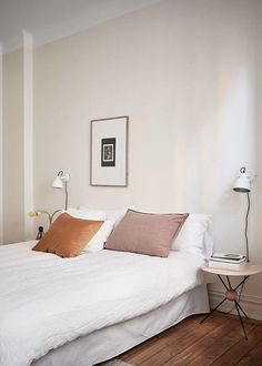 Simple soft minimalism in a bohemian modern bedroom with mid century details, atomic era side table and wall mounted sconce lights. Stylish Bedroom, Modern Bedroom, Cozy Bedroom, Master Bedroom, Minimalist Bedroom, Minimalist Decor, Home Decor Bedroom, Bedroom Furniture, Bedroom Lamps