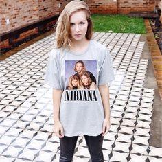 Essa t-shirt é oversized - significa que pode, e deve, ser adquirida por meninos- em malha mescla com estampa da banda NIRVANA, só que não. Procure o erro.  Perfeita pra pregar uma peça naquele seu amigo fã do Nirvana.  risos risos risos mmmbop