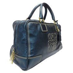 Amazona de LOEWE, uno de los bolsos icono de la firma española ¿Lo quieres? lo tienes en la web de Look and Stop  #amazona #bolsosdelujo #bag #segundamano